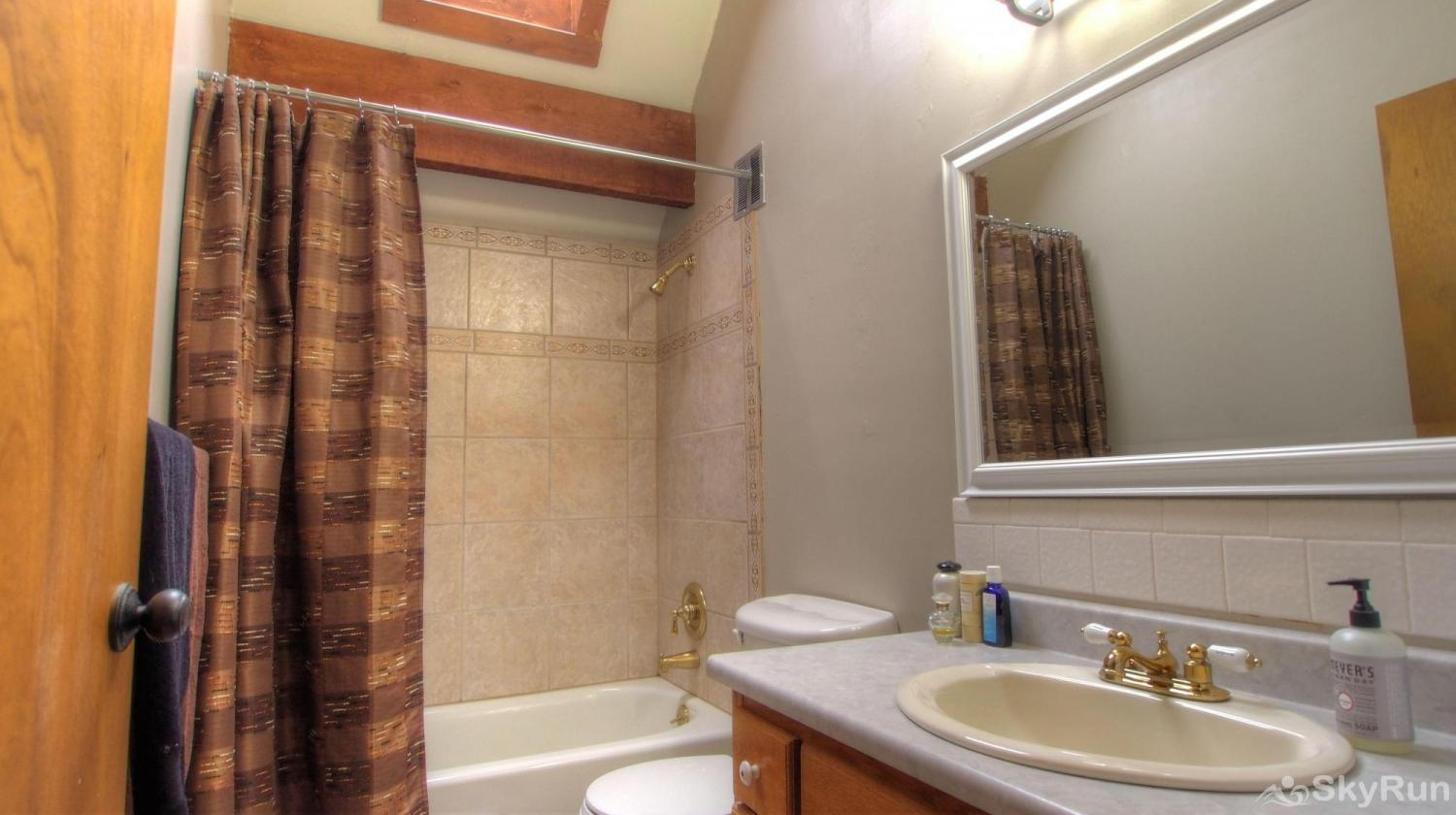 Dory Lakes Cabin Upstairs full bath